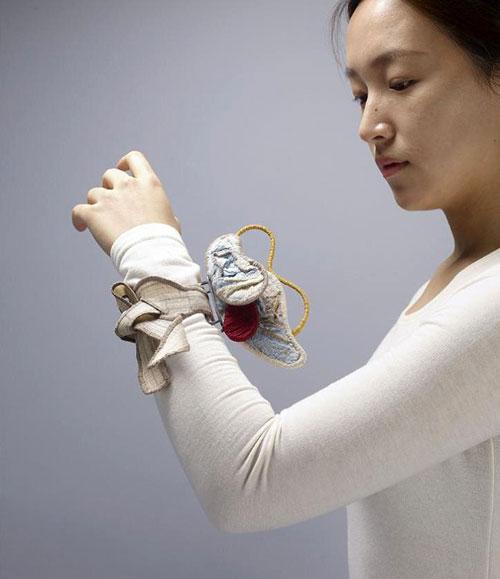 Wan Hee Cho Bracelet Walking Slow in the Fast World IV 2011 FOTO DA KLIMT02