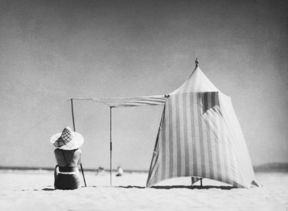Jacques Henri Lartigue (qui sopra Coco, Hendaye, 1934 courtesy Hermès).png