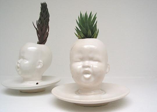 """Vaso-fioriera realizzata in gres smaltata bianco lucido. Adatto per piccole piante grasse, piante di cactus o aria (Tillandsia) Misure aprox. 4 1/4 """"di altezza con 2"""" apertura in alto. Mudpuppy Baby Head"""