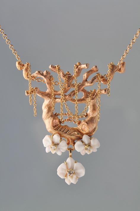 La Foresta incantata, di Luisa Bruni, (con orchidee su conchiglia sardonica di Agnieszka Kiersztan)