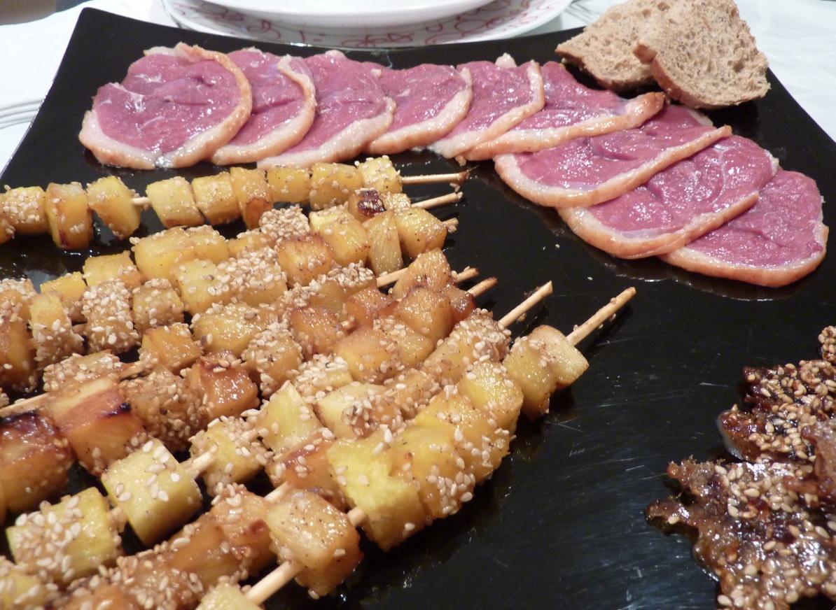 Anatra con spiedini di ananas caramellati al sesamo by arredoeconvivio