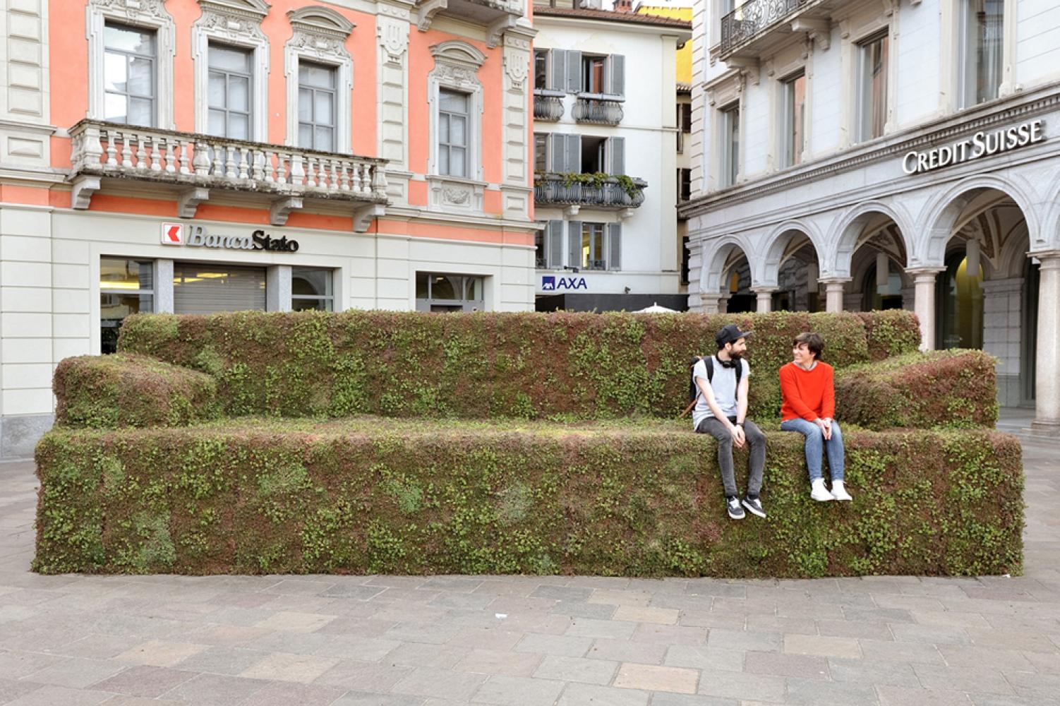 """""""divano vegetale"""" della Città di Lugano, spazi del Design Center Ex-Ansaldo in Via Tortona 54"""