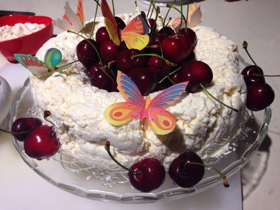 Meringata di primavera con ciliegie arredoeconvivio.com