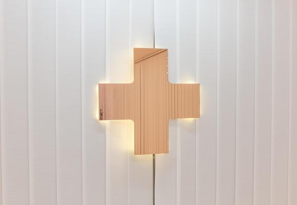 Dr. Seletti, specchio luminoso di colore rosa, un po' simbolo della clinica photo © Federico Floriani1