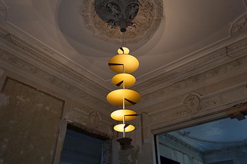 Maarten De Ceulaer Sundial Chandelier per Nilufar Gallery